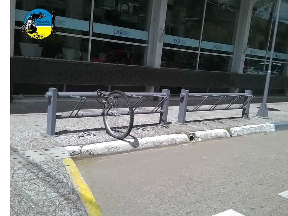 imagen de una rueda de bicicleta con candado en el estacionamiento, le robaron la bicicleta y le dejaron la rueda, increíble!!!