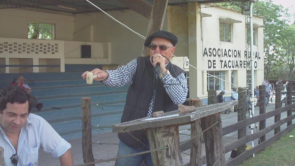 IMAGEN DE WALTER OMAR GONZÁLEZ REMATANDO EN LA RURAL DE TACUAREMBÓ, GONZALITO: BUENA TERNERADA